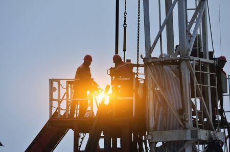 Photo pour The oil workers in the job - image libre de droit