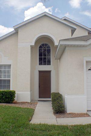 Foto de A front exterior of a Florida home, entering in through the door. - Imagen libre de derechos