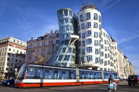 Photo pour Dancing house, modern architecture design  Prague, Czech Republic - image libre de droit