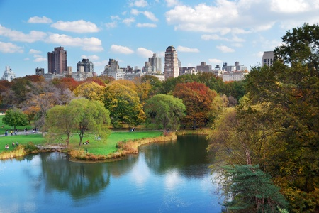 Foto de New York City Central Park in Autumn with Manhattan skyscrapers and colorful trees over lake with reflection. - Imagen libre de derechos
