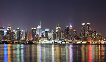 Photo pour New York City Manhattan midtown skyline at night with lights reflection over Hudson River viewed from New Jersey Weehawken waterfront. - image libre de droit