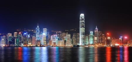 Foto de Hong Kong city skyline at night over Victoria Harbor with clear sky and urban skyscrapers. - Imagen libre de derechos