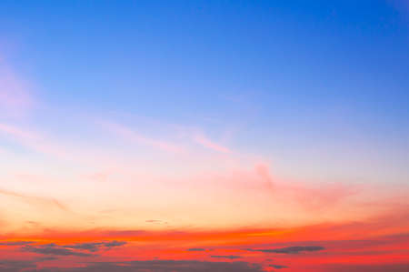 Photo pour Beautiful sky painted by the sun leaving bright golden shades.Dense clouds in twilight sky in winter evening.Image of cloud sky on evening time.Evening sky scene with golden light from the setting sun - image libre de droit