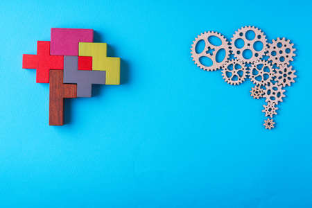 Photo pour Human brain is made gear mechanism and colorful shapes on blue background. Two different thought processes. The concept of rational and irrational thinking. - image libre de droit