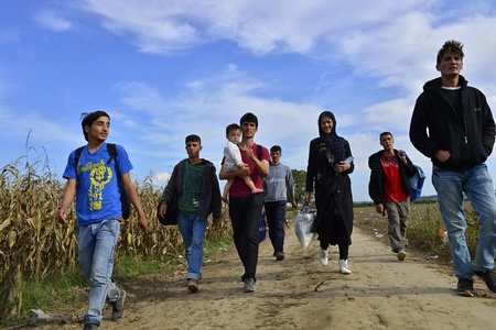 Photo pour October 4, 2015; Sid in Serbia. Group of Afghan refugees leaving Serbia. They came to Sid by taxi and then they leaving Serbia and go to Croatia and then to Germany. Many of them escapes from home because of civil war. - image libre de droit