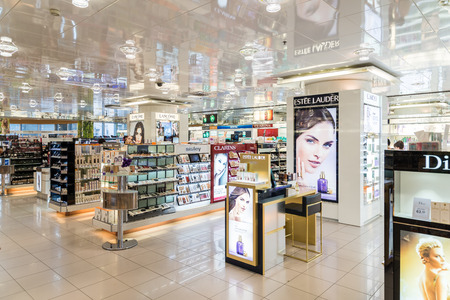 Photo pour VIENNA, AUSTRIA - AUGUST 08, 2015: Women Cosmetic Products For Sale In Beauty Shop. - image libre de droit