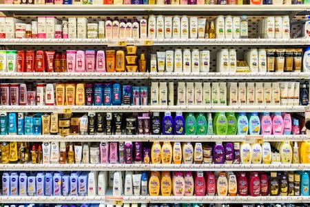Photo pour VIENNA, AUSTRIA - AUGUST 11, 2015: Shampoo Bottles For Sale On Supermarket Stand. - image libre de droit