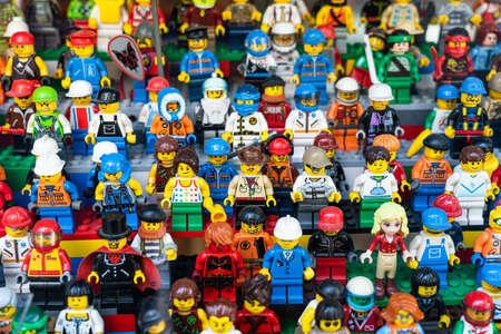 Photo pour BARCELONA, SPAIN - JUNE 08, 2019: Lego People Mini Characters Closeup In Store - image libre de droit
