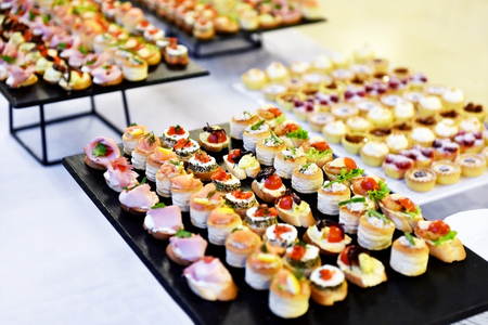 Photo pour Catering food shot with small appetizers on plates ready for eat - image libre de droit