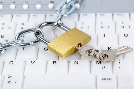 Photo pour Computer keyboard with silver chain, padlock and keys relating to computer security or parental control over internet access.  - image libre de droit