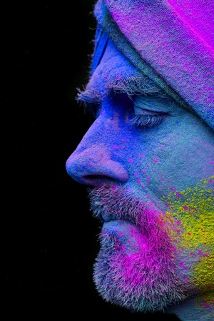 Photo pour Senior man in traditional Indian turban fully covered with paint holi - image libre de droit