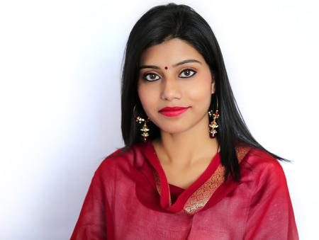 Photo pour Beautiful Indian girl in traditional Indian salwar shuit. - image libre de droit