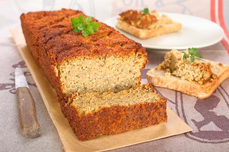 Photo pour Vegetarian meat loaf with lentils, nuts and quinoa. - image libre de droit
