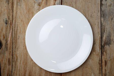 Photo pour Top view empty plate on rustic wooden table - image libre de droit