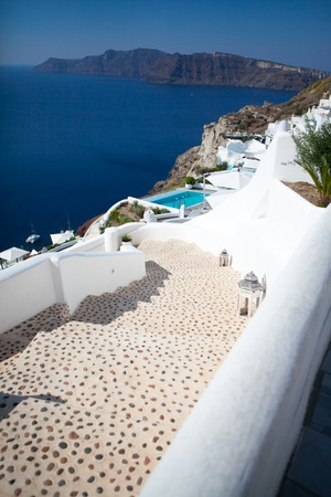 Foto de Oia town on Santorini island, Greece. Traditional and famous white houses and churches with blue domes over the Caldera, Aegean sea - Imagen libre de derechos