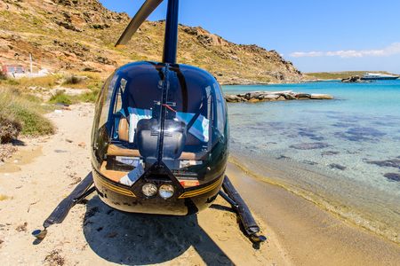 Photo pour Small private helicopter on the beach of Paros island, Cyclades, Greece. - image libre de droit