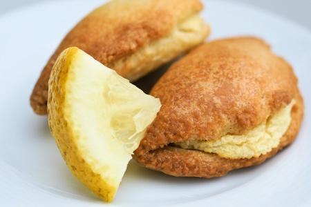 Griechische Teigtaschen mit KartoffelfÃŒllung und Zitrone