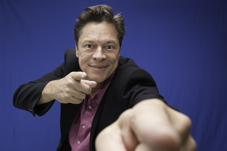 Foto de Man looking directly at you with his fingers and pointing to you - Imagen libre de derechos