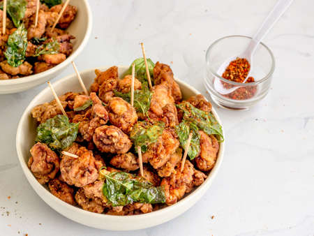 Foto für Taiwanese Fried Chicken in the Bowls with Basil Leaves and Seasonings, Taiwanese Traditional Street food - Lizenzfreies Bild