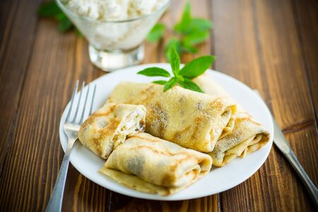 Photo pour sweet fried thin pancakes with cottage cheese inside - image libre de droit
