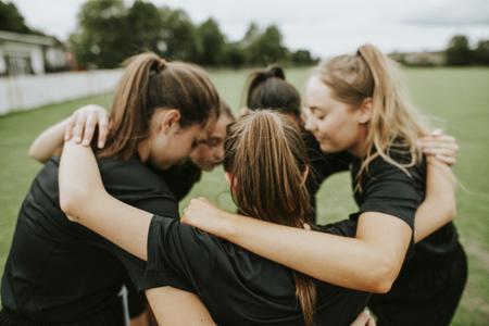 Photo pour Rugby players huddle before a match - image libre de droit