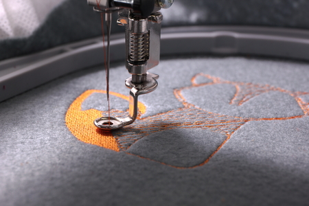 Photo pour Embroidery with embroidery machine - fox theme - detail of beginning - image libre de droit