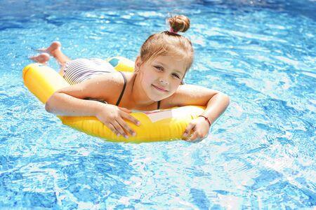 Photo pour prettty little girl swimming in the pool - image libre de droit