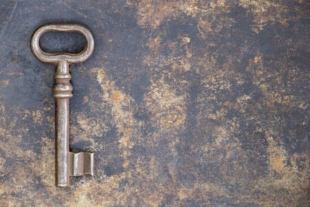 Photo pour Antique rusty ornate key on grunge metal background, escape room concept - image libre de droit