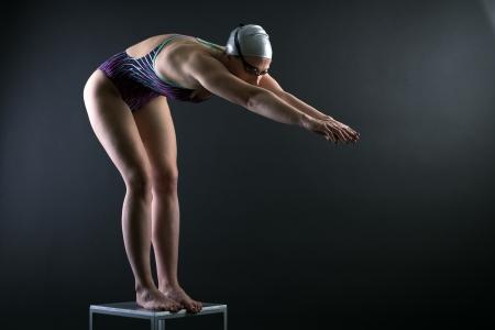 Photo pour Woman swimmer prepared to jump into the water. - image libre de droit