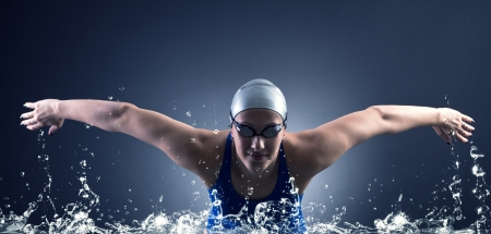 Photo pour Swimmer swims. - image libre de droit
