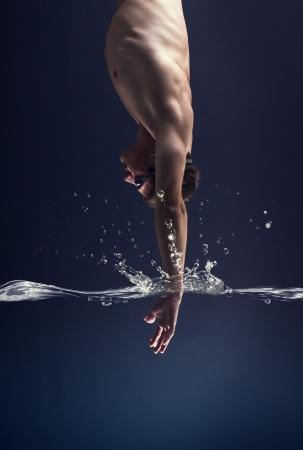 Photo pour swimmer jumps into the water  - image libre de droit