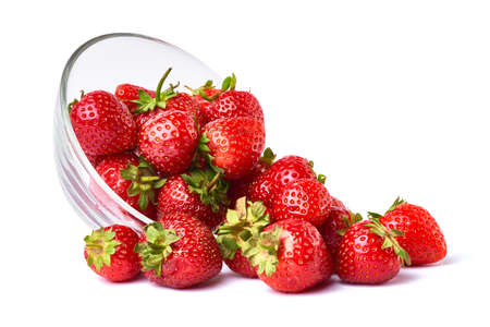 Photo pour Glass bowl of Fresh strawberry isolated on white background - image libre de droit