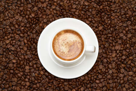 Photo pour Cup of espresso coffee on Background made of roasted brown coffee beans - image libre de droit