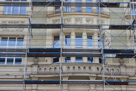 Photo pour reconstruction and repair of an old building in the city - image libre de droit