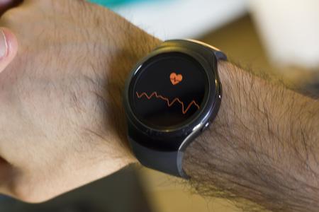 Foto de Man measuring heart beat in smartwatch - Imagen libre de derechos