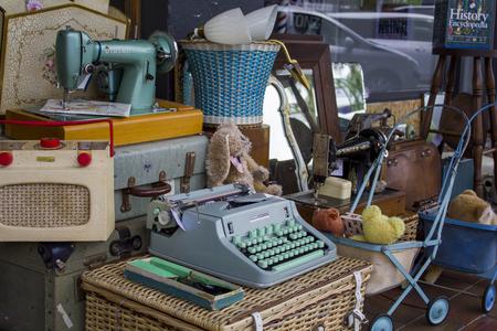 Photo pour Vintage objects for sale at street market antiques shop - image libre de droit