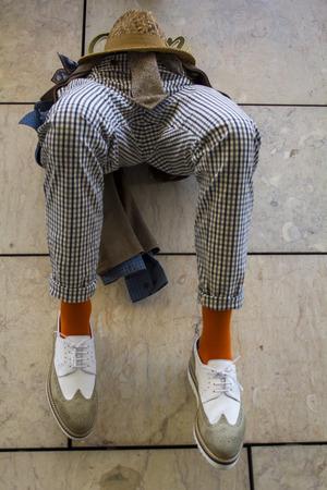 Foto de Mannequin legs hanging on the wall - Imagen libre de derechos
