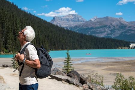 Foto de Old man hiking at lake Louise - Imagen libre de derechos