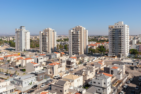 Photo pour Contemporary residential buildings and houses in new neighborhood of Kiryat Gat - city in southern district of Israel. - image libre de droit