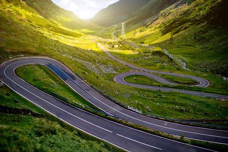 Photo pour Landscape from the Fagaras mountains with Transfagarasan winding road in Romania - image libre de droit