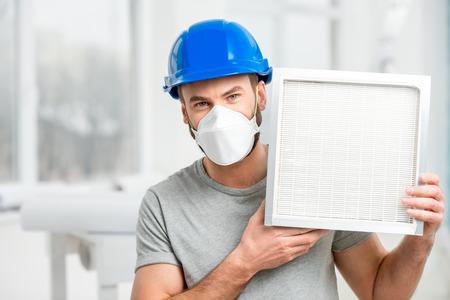 Photo pour Worker with air filter - image libre de droit
