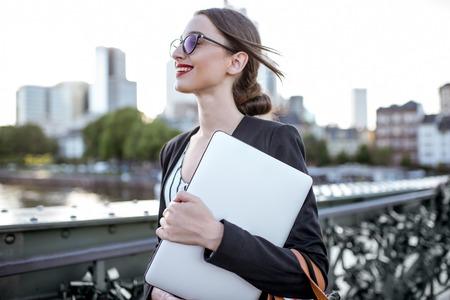 Foto de Businesswoman with laptop outdoors - Imagen libre de derechos