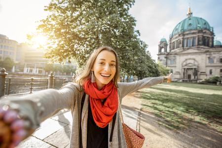 Photo pour Woman traveling in Berlin - image libre de droit