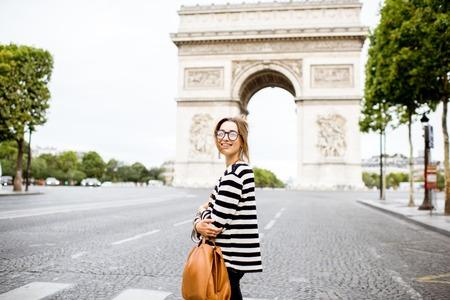 Photo pour Business woman in Paris - image libre de droit
