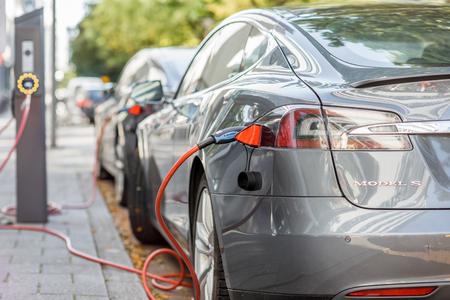 Photo pour Tesla charging outdoors - image libre de droit