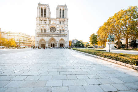 Foto de View on the famous Notre-Dame cathedral and empty square during the morning light in Paris, France - Imagen libre de derechos