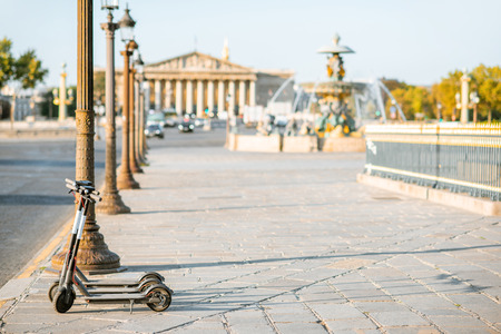 Foto de Electric scooters on the street near Concordia square during the morning light in Paris - Imagen libre de derechos