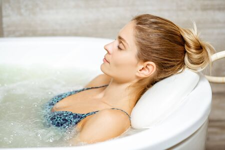 Photo pour Beautiful woman relaxing in the bathtub having a hydromassage therapy in the SPA - image libre de droit