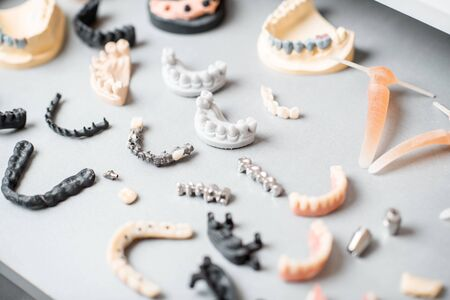 Photo pour Various of artificial jaw models with dental implants and crowns on the white background. Concept of aesthetic dentistry and implantation technology - image libre de droit