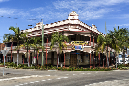 Photo pour Facade of a heritage building, built in 1909 as a hotel with an ornamental balcony in the country town of Grafton, New South Wales, Australia - image libre de droit
